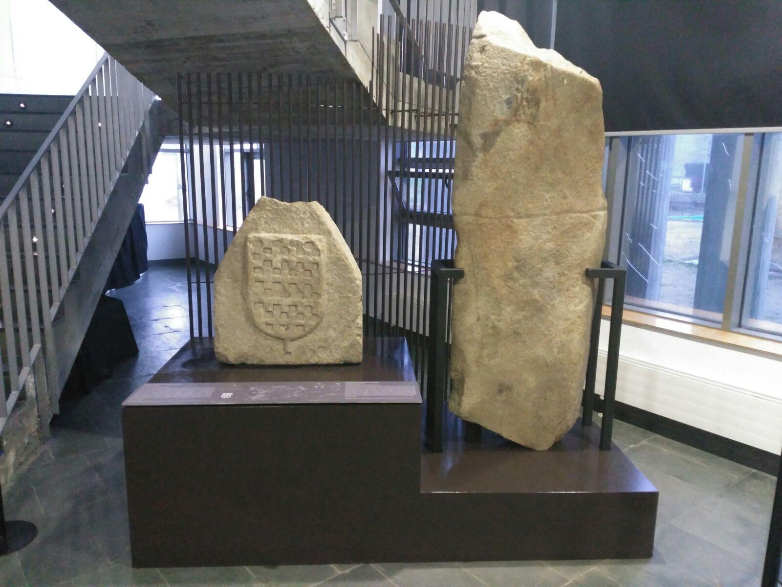 Merlón e estela-menhir no Auditorio de Rianxo
