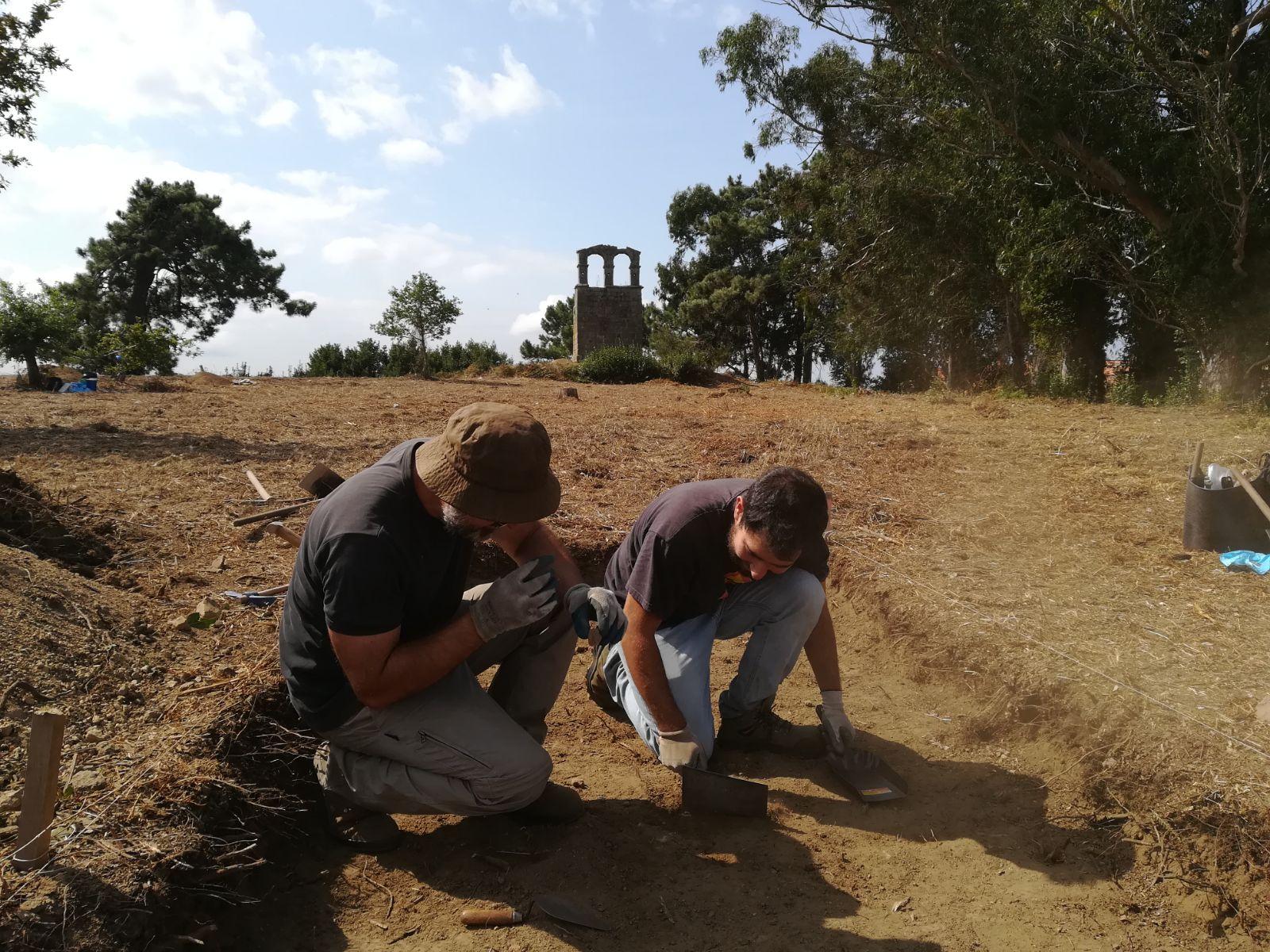 Os arqueólogos Mario César e Francisco Alonso durante a intervención no castro de Cálago (Vilanova de Arousa, Pontevedra)