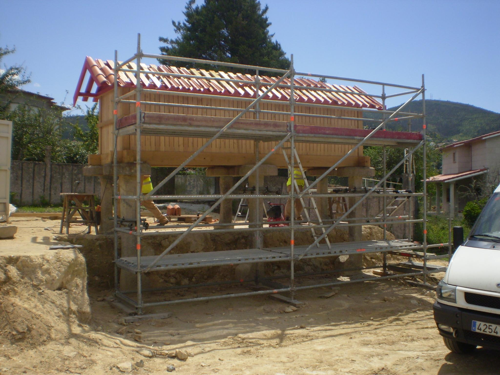 Trabajos de recuperación del hórreo de madera