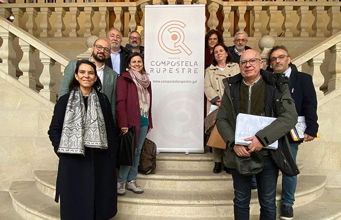 Representantes da Deputación de A Coruña, integrantes das corporacións municipais e técnicos participantes na presentación da Memoria Compostela Rupestre